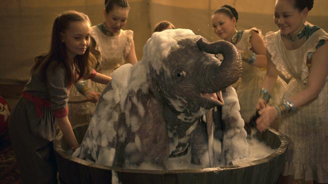 Dumbo , en una escena divertida de la película dirigida por Tim Burton