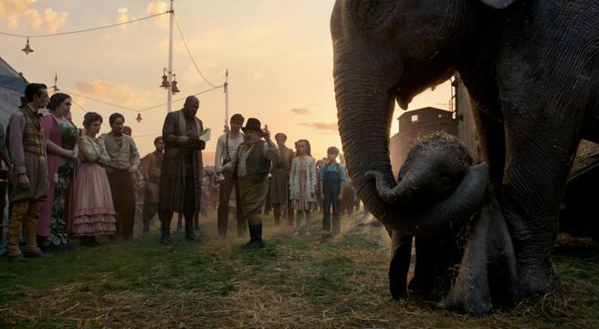 El pequeño Dumbo junto a su madre