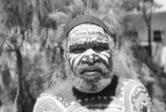 La historia de un miembro de la tribu Pintupi que quiso hablar con Elon Musk para que no lanzara Neuralink
